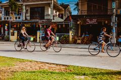 HOI, VIETNAM - 15 DE MARZO DE 2017: Ciudad vieja de Hoian del viaje del grupo de personas, casa antigua, herencia del país Imagen de archivo libre de regalías
