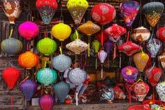 HOI, VIETNAM - 19 DE MARZO DE 2017: Linternas de seda vietnamitas coloreadas Imagen de archivo libre de regalías