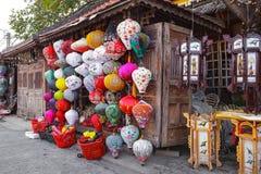 HOI, VIETNAM - 19 DE MARZO DE 2017: Linternas de seda vietnamitas coloreadas Imágenes de archivo libres de regalías