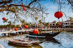 HOI, VIETNAM - 15 DE MARZO DE 2017: Puente con el adornamiento de las lámparas y del barco sobre el río de Hoai en la ciudad anti Fotos de archivo libres de regalías