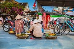 HOI, VIETNAM - 15 DE MARZO DE 2017: Vendedor ambulante típico en Hoi An, Vietnam Imagen de archivo libre de regalías