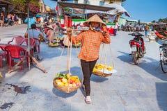 HOI, VIETNAM - 15 DE MARZO DE 2017: Vendedor ambulante típico en Hoi An, Vietnam Fotos de archivo