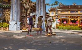 HOI, VIETNAM - 15 DE MARZO DE 2017: Vendedor ambulante típico en Hoi An, Vietnam Fotografía de archivo libre de regalías