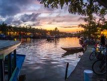 Hoi An, Vietnam - 8 de noviembre de 2015: Visión sobre el río y los turistas que frecuentan los restaurantes que lo alinean Imagenes de archivo