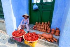 Hoi An, Vietnam - 21 giugno 2015: Venditore ambulante sulla via di Tran Phu fotografia stock