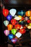 Hoi An Vietnam - Juli 15, 2012: Lyktor tänds upp på framdelen av det litet shoppar Arkivfoto