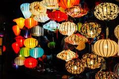Hoi An Vietnam - Juli 15, 2012: Lyktor tänds upp på framdelen av det litet shoppar Fotografering för Bildbyråer