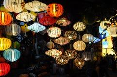 Hoi An Vietnam - Juli 15, 2012: Lyktor tänds upp på framdelen av det litet shoppar Royaltyfria Bilder