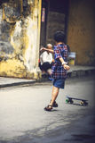 HOI, VIETNAM, JUNI 15: En unge som skateboarding i gatan, på Royaltyfria Foton