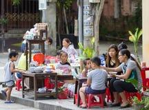 Hoi An Vietnam - Juni 2017: vietnamesiska familjer har frukosten på gatatrottoaren, Hoi An Vietnam royaltyfria foton