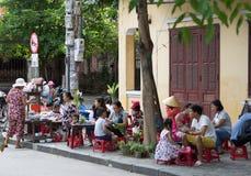 Hoi An Vietnam - Juni 2017: vietnamesiska familjer har frukosten på gatatrottoaren, Hoi An Vietnam arkivfoto