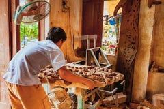HOI, VIETNAM - 19. MÄRZ 2017: Tischler in ländlichem Kim Bong, Vietnam Stockfotografie