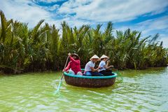 HOI, VIETNAM - 19. MÄRZ 2017: Touristenbesuchswasser-Kokosnusswald in Hoi An Stockbild