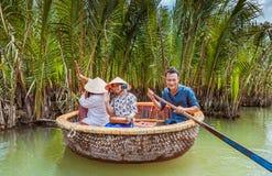 HOI, VIETNAM - 19. MÄRZ 2017: Touristenbesuchswasser-Kokosnusswald in Hoi An Lizenzfreie Stockfotografie