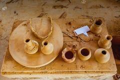 HOI, VIETNAM - MAART 19, 2017: De aardewerkmaterialen zijn in de zon gedroogd in Thanh Ha Pottery Village Stock Afbeelding