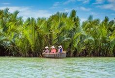 HOI, VIETNAM - MAART 19, 2017: De toeristen bezoeken het bos van de waterkokosnoot in Hoi An Royalty-vrije Stock Afbeelding