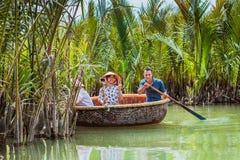 HOI, VIETNAM - MAART 19, 2017: De toeristen bezoeken het bos van de waterkokosnoot in Hoi An Stock Afbeeldingen