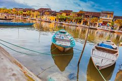 HOI, VIETNAM - MAART 17, 2017: Traditionele boten voor oude architectuur in Hoi An, Vietnam Stock Foto's