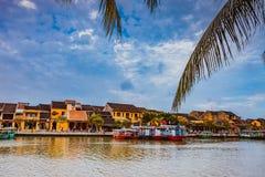 HOI, VIETNAM - MAART 17, 2017: Traditionele boten voor oude architectuur in Hoi An, Vietnam Royalty-vrije Stock Foto's