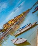 HOI, VIETNAM - MAART 17, 2017: Traditionele boten voor oude architectuur in Hoi An, Vietnam Royalty-vrije Stock Afbeeldingen