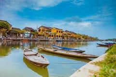 HOI, VIETNAM - MAART 17, 2017: Traditionele boten voor oude architectuur in Hoi An, Vietnam Royalty-vrije Stock Foto