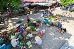 Hoi An, Vietnam - 13. Mai 2014: Blumenverkäufer und Lebensmittelverkäufer, die Produkte an Hoi An-Markt verkaufen Lizenzfreie Stockbilder