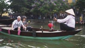 Hoi An Vietnam - Maj 10, 2018: Fartyg i Hoi An Ancient Town, kinesisk asiatisk turist på den Thu Bon floden Loppvideo från stock video