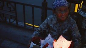 Hoi An Vietnam - Maj 10, 2018: Kvinna som säljer lyktor i Hoi An den forntida staden nära den Thu Bon floden vid skymningperiod H arkivfilmer