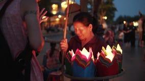 Hoi An Vietnam - Maj 10, 2018: Kvinna som säljer lyktor i Hoi An den forntida staden nära den Thu Bon floden vid skymningperiod H stock video