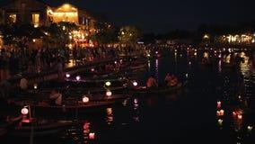 Hoi An Vietnam - Maj 10, 2018: NattflodThu Bon sikt med att sväva lyktor och fartyg Hoi An som en gång är bekant som Faifo lager videofilmer