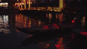 Hoi An Vietnam - Maj 10, 2018: NattflodThu Bon sikt med att sväva lyktor och fartyg Hoi An som en gång är bekant som Faifo stock video