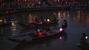 Hoi An Vietnam - Maj 10, 2018: NattflodThu Bon sikt med att sväva lyktor och fartyg Hoi An som en gång är bekant som Faifo arkivfilmer