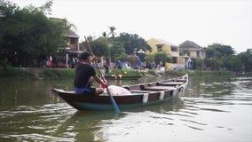 Hoi An Vietnam - Maj 10, 2018: Sikt från fartyget av denlistade Hoi An Ancient Town och fartygen på Thu Bon lager videofilmer