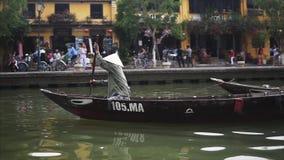 Hoi An Vietnam - Maj 10, 2018: Sikt från fartyget av denlistade Hoi An Ancient Town och fartygen på Thu Bon stock video