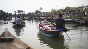 Hoi An Vietnam - Maj 10, 2018: Sikt från fartyget i Hoi An Ancient Town, näsa av fartygen på den Thu Bon floden man lager videofilmer