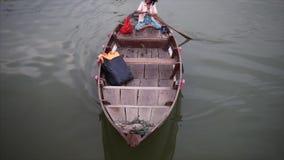 Hoi An Vietnam - Maj 10, 2018: Traditionellt fartyg av Hoi An Ancient Town på den Thu Bon floden Loppvideobegrepp stock video