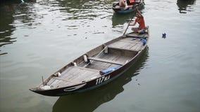 Hoi An Vietnam - Maj 10, 2018: Traditionellt fartyg av Hoi An Ancient Town på den Thu Bon floden Loppvideobegrepp arkivfilmer
