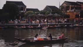 Hoi An Vietnam - Maj 10, 2018: Traditionellt fartyg av Hoi An Ancient Town på den Thu Bon floden Loppvideobegrepp lager videofilmer