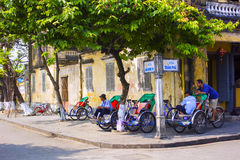 HOI, VIETNAM-MARCH 2013: Trehjulingchaufförer väntar på passagerare att resa runt om Hoi, Vietnam Arkivfoto