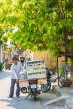 Hoi An - Vietnam Mars 16:: ångad mobil livsmedelsbutik för klimp in Arkivfoton