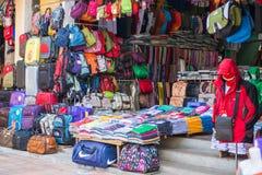 Hoi An - Vietnam Mars 16:: att bekläda och påsen shoppar i Hoi An ancie Arkivbilder