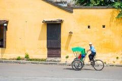 Hoi An - Vietnam Mars 16:: Den Cyclo trehjulingen i Hoi An ancien Arkivfoton