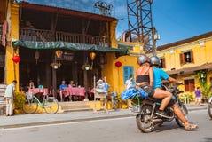 HOI, VIETNAM - MARS 15, 2017: Grupp människorloppHoian gammal stad, forntida hus, landsarv Arkivfoton