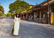 HOI, VIETNAM - MARS 15, 2017: Härlig kvinna med traditionell Vietnam kultur, tappningstil, Hoi en Vietnam Arkivfoto