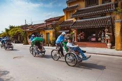 HOI, VIETNAM - MARS 15, 2017: lokalVietnam man som rider en traditionell cirkulering i Hoi An Hoi An en UNESCOvärldsarv Fotografering för Bildbyråer