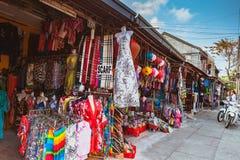 HOI, VIETNAM - MARS 15, 2017: Mode shoppar lokaliserat på den huvudsakliga gatan i Hoi An Ancient Town, Vietnam Hoi An är Vietnam Royaltyfri Foto