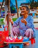 HOI, VIETNAM - MARS 15, 2017: Mormodern som säljer lyktorna Royaltyfria Foton