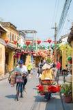 Hoi An - Vietnam Mars 16:: vietnames cyklar cykeln i Hoi Royaltyfri Foto