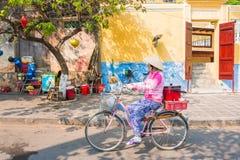 Hoi An - Vietnam Mars 16:: vietnames cyklar cykeln i Hoi Arkivfoto