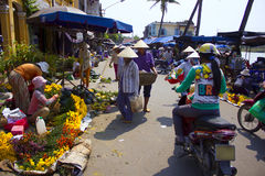 HOI, VIETNAM marzo de 2015 - en Hoi un mercado, allí es mucha cosa a vender por ejemplo, flores y comidas Foto de archivo